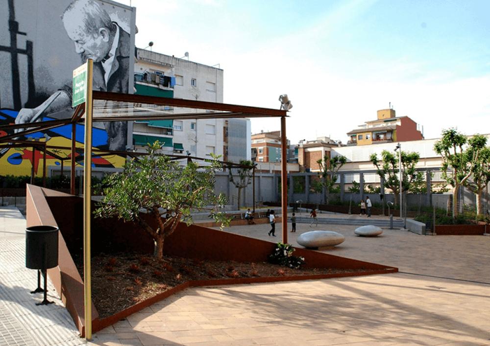 02_La plaça Joan Miró després de l' intervenció_ joc lliure a la plaça al final de l'estiu 2016